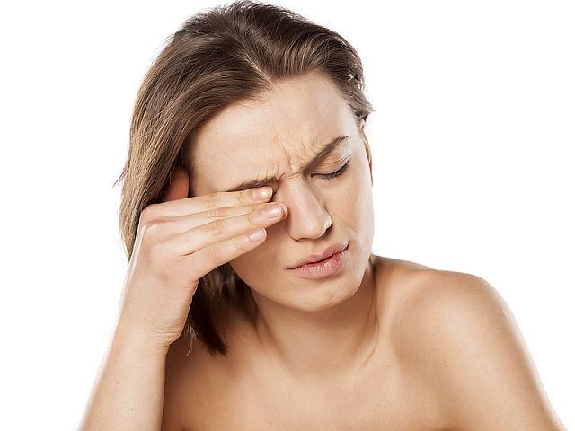 Jednym z najwcześniejszych objawów stwardnienia rozsianego są zaburzenia widzenia, np. przejściowa utrata widzenia, ślepota, a także ból gałki ocznej.