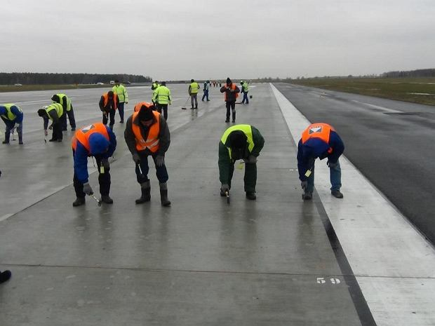 Naprawa uszkodzonego pasa startowego w Modlinie