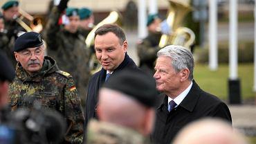 Prezydenci Polski i Niemiec Andrzej Duda i Joachim Gauck z wizytą w szczecińskim wielonarodowym korpusie NATO. Z lewej - dowódca korpusu gen. Manfred Hofmann