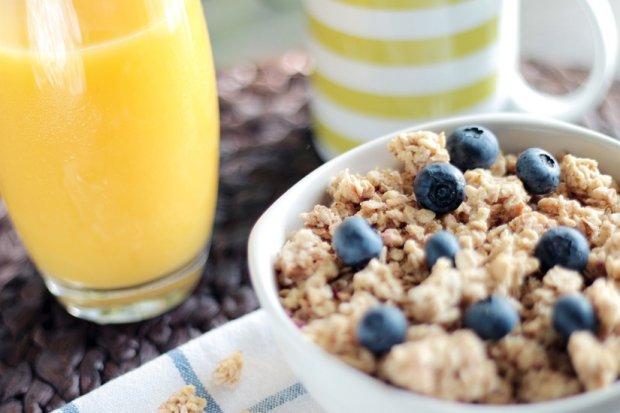 Płatki z owocami i wyciskany sok? Pyszne, ale nie zalecam na jesienne chłody / fot. pexels.com CCo