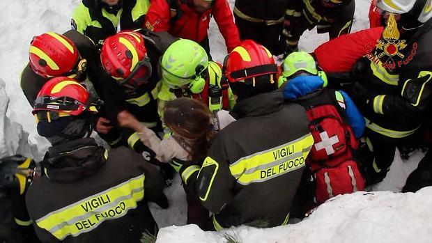 """Są kolejni żywi ludzie w ruinach hotelu we Włoszech. """"Matka i córka przeżyły, bo rozpaliły ogień"""". Trwa akcja"""