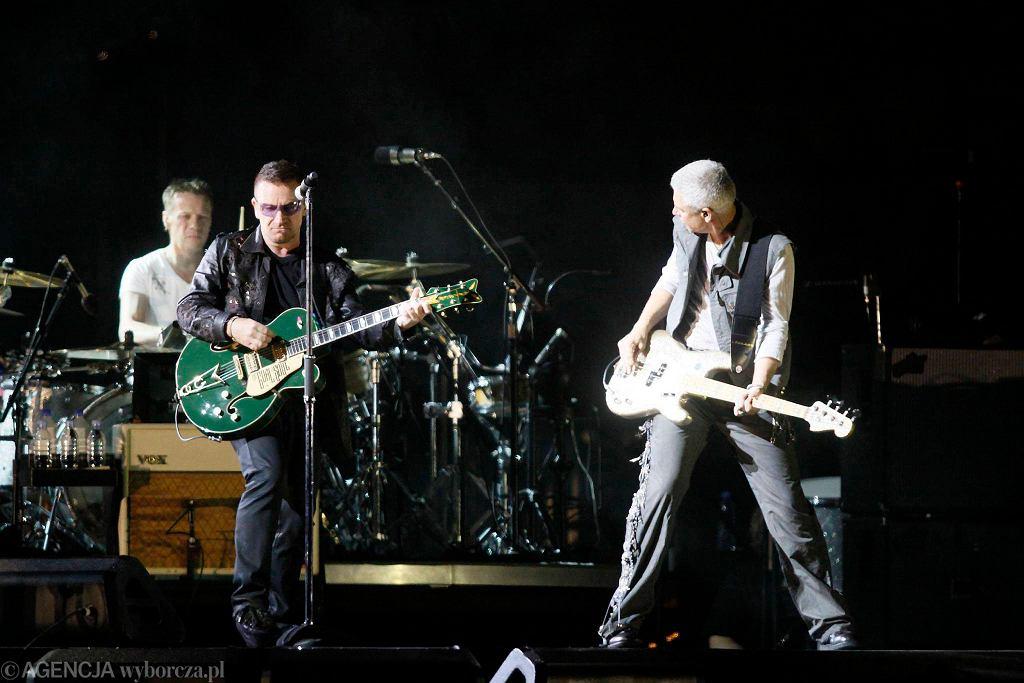 Larry Mullen Jr., Bono i basista Adam Clayton podczas koncertu U2 w Chorzowie, sierpień 2009 r. / Fot. Grzegorz Celejewski / Agencja Gazeta
