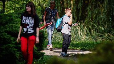 Granie w pokemony na smartfonie zwiększa poziom niezbędnej codziennej aktywności fizycznej, szczególnie u młodych ludzi z nadwagą czy otyłością - dowodzą naukowcy z USA... N/z. Uczestnicy gry miejskiej w parku im. Piłsudskiego łapią pokemony - tym razem  nie wirtualne, ale w postaci figurek wydrukowanych  na drukarkach 3D. Dostęp do mapy miejsc, w których je ukryto, uzyskiwało się po zeskanowaniu telefonem kodu QR