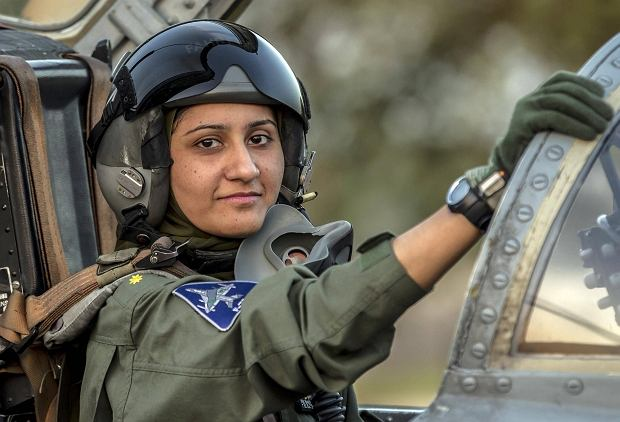 Ma 26 lat i piwne oczy: kobieta pilotuje my�liwce w pakista�skiej armii