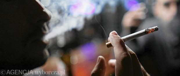 U palacza nawet chrypka jest podejrzana