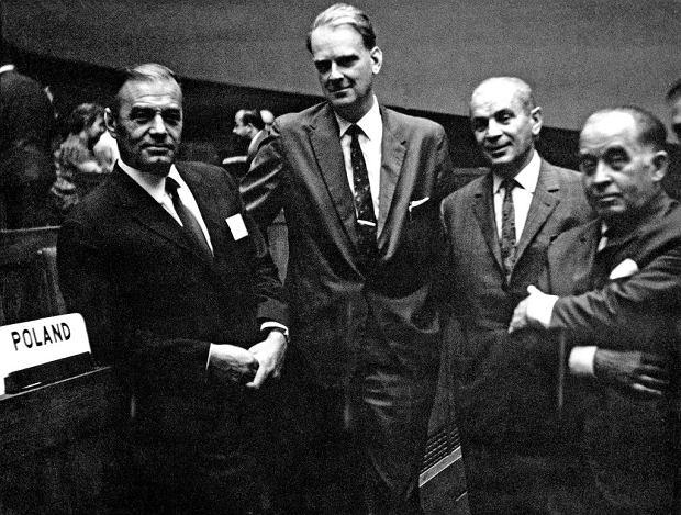 Obaj zbiegli w grudniu 1981 r. ambasadorowie od dziesięcioleci należeli do peerelowskiej elity. Romuald Spasowski (na zdjęciu drugi z lewej) został ambasadorem w Waszyngtonie po raz pierwszy w 1954 r. Na zdjęciu Spasowski razem z Arturem Starewiczem, w latach 60. sekretarzem KC PZPR, a w latach 70. ambasadorem w Wielkiej Brytanii (po lewej) i Janem Karolem Wende, wieloletnim posłem na Sejm i dyplomatą (po prawej od Spasowskiego).