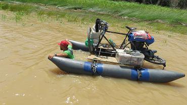 Dawid Andres wyciąga swój rower amazoński z zarośli przed wyruszeniem w dalszą drogę. Fot. Hubert Kisiński
