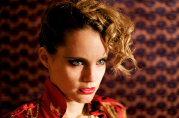 """Anna Calvi opublikowała kolejny utwór z wypełnionej coverami EP-ki, """"Strange Weather""""."""