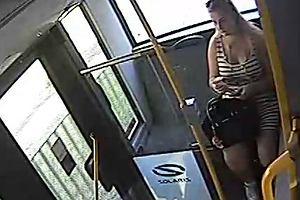 Znalazła telefon, nie oddała go właścicielce. Policja pokazuje nagranie i prosi o pomoc w rozpoznaniu