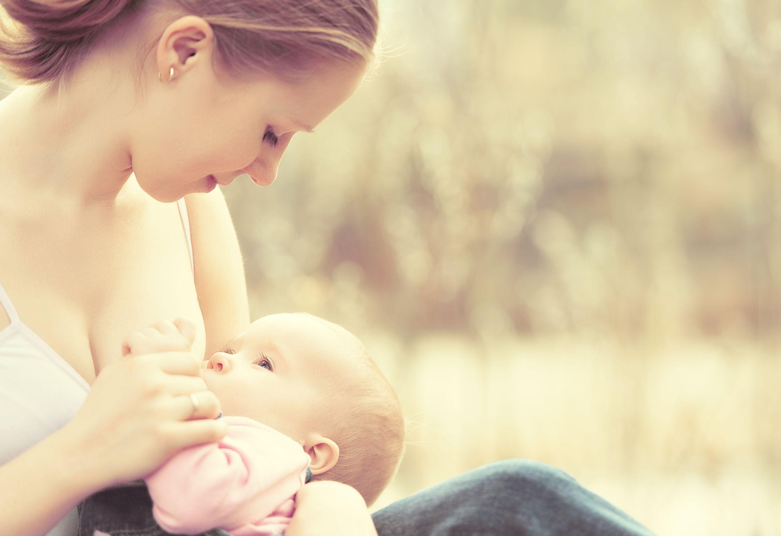 90 procent mam inicjuje karmienie niedługo po porodzie. Po sześciu miesiącach zostaje już niecałe 20 procent (fot. Shutterstock.com)