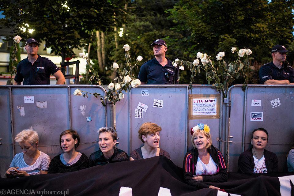 Protest pod Sejmem przeciw zmianom w sądownictwie