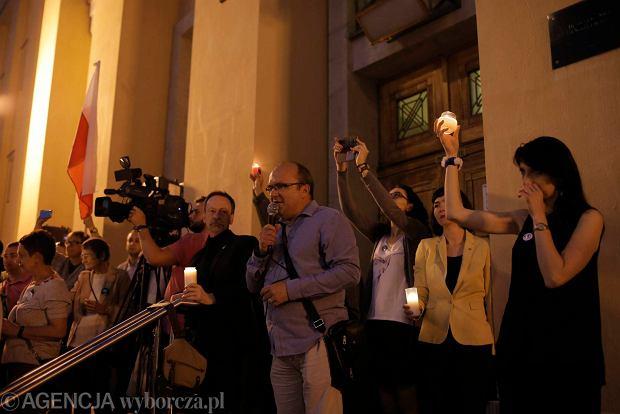 Zdjęcie numer 101 w galerii - Tłumy przed Sądem Okręgowym w Łodzi. Kolejny dzień protestów przeciwko zmianom PiS w sądownictwie [ZDJĘCIA]