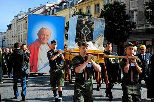 Procesja z relikwiami �w. Jana Paw�a II do �wi�tyni Opatrzno�ci