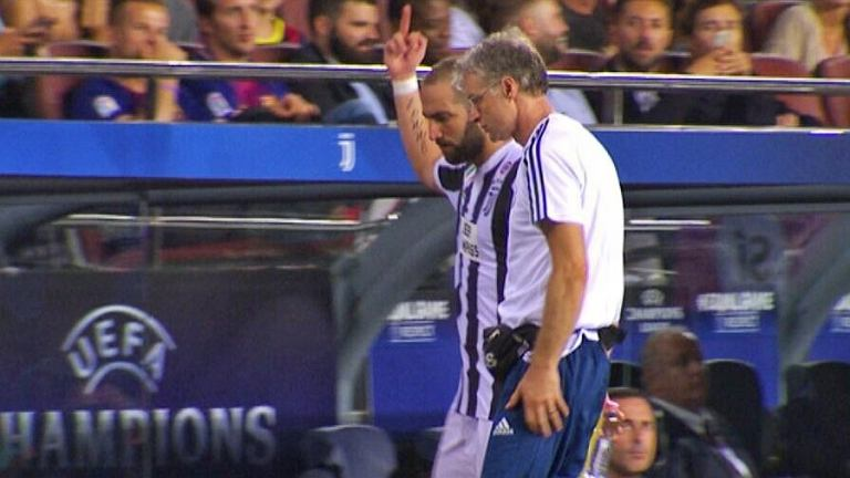 Gonzalo Higuain pokazuje środkowy palec kibicom Barcelony