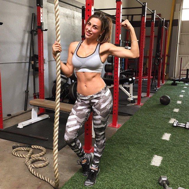 Modelka fitness z Południowej Kalifornii, Ana Cheri, na długo zapada w pamięć. Jej styl życia i wygląd to kwintesencja tego, jak wyobrażamy sobie gwiazdę fitness. Możemy tylko pozazdrościć! <br> <br> Zobacz, jakie są jej ulubione ćwiczenia, czego nie znosi w siłowni (i w facetach) i ile potrafi podnieść podczas martego ciągu.