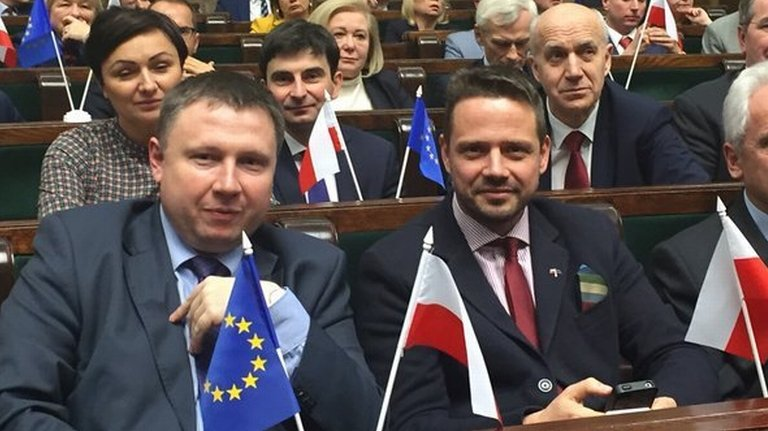 Awantura w Sejmie. Pos�owie PO z flagami UE, Winnicki: Wzywam do zdj�cia dekoracji