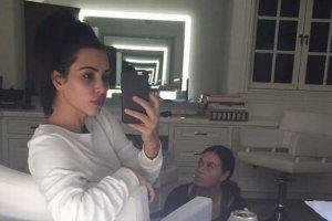 Kiedy Kim chwali si� zdj�ciem bez makija�u, wygl�da TAK. A gdy jej naturaln� twarz pokazuje makija�ysta? Nie wiemy, czy b�dzie zadowolona