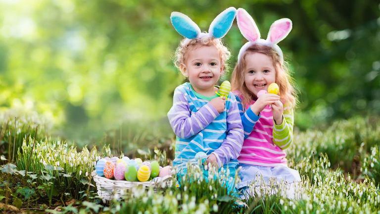 Wielkanocne wierszyki mają swoich przeciwników, jak i zwolenników. Jedni uwielbiają wielkanocne życzenia w wersji rymowanej, drudzy stawiają na standardową formę. A ty, w której grupie jesteś? Jakie życzenia na Wielkanoc 2017 złożysz?