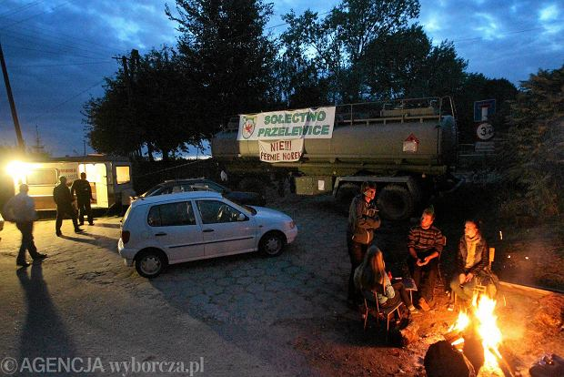 Blokada drogi w Przelewicach trwa dzień i noc