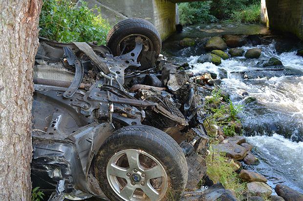Choszczno. 20-latka straciła panowanie nad autem. Volvo przeleciało nad rzeką i uderzyło w drzewo