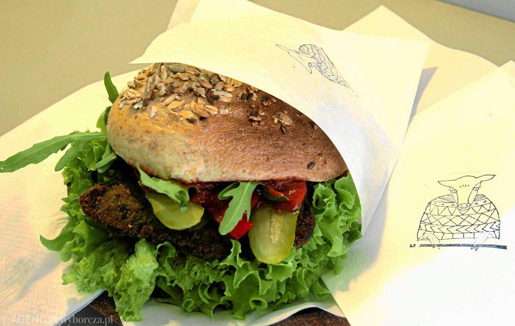 'Krowarzywa ', hamburger wegański  / Fot. Kuba Atys / Agencja Gazeta