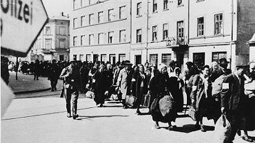Marzec 1943 r., Żydzi wychodzą w asyście hitlerowców z likwidowanego getta w Krakowie. Niemcy poinformowali ich, że będą wykorzystani do prac przymusowych. W rzeczywistości zostali przetransportowani do obozu Zagłady Auschwitz-Birkenau i tam zagazowani