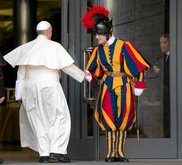 Papież Franciszek zwolnił szefa Gwardii Szwajcarskiej