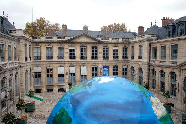Namiot na dziedzińcu francuskiego ministerstwa ochrony środowiska, w którym odbywa się szczyt klimatyczny.