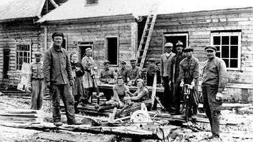 Polacy wywiezieni po wybuchu II wojny światowej do wschodnich republik ZSRR budują tartak w osadzie w tajdze. Część polskich więźniów osadzonych w obozach Gułagu opuściła Związek Radziecki z armią Andersa, ale bardzo wielu się to nie udało. Część z nich wstąpiła później do armii tworzonej pod egidą polskich komunistów i pełną kontrolą Sowietów w Sielcach nad Oką.