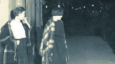 Ulice przedwojennej Warszawy były pełne prostytutek - według szacunków policji było ich w mieście 25 tys. Najtańsze kosztowały 1,5 zł, czyli równowartość 1,5 kg cukru. Na ulicę trafiały przybyszki ze wsi, które nie znalazły pracy, ofiary handlu ludźmi i stręczycieli, służące wyrzucone przez pracodawcę. Wszystkie do tej pracy pchała skrajna nędza