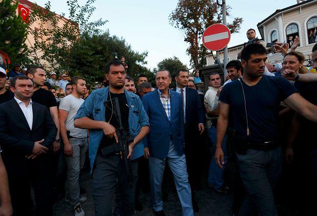Setki rannych, tysiące aresztowanych sędziów i żołnierzy. Turcja dzień po nieudanej próbie puczu wojskowego