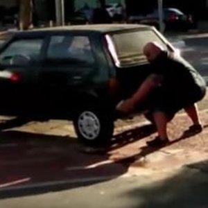 Auto blokuje rowerow� �cie�k�. Rowerzysta mocno si� zdenerwowa�