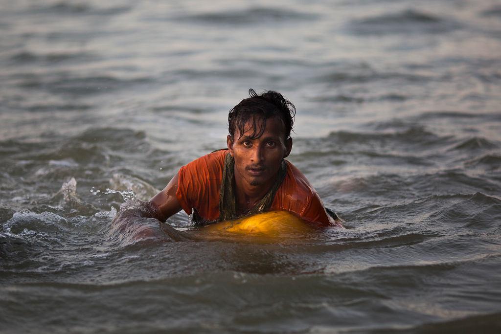 Uchodźcy Rohindża ryzykują życie, by wpław uciec ze swojego kraju