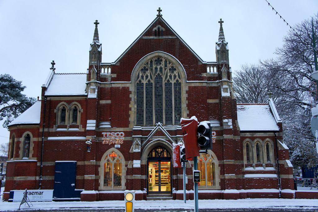 Tesco Express w kościele w Westbourne (fot. Flickr.com / Alwyn Ladell / CC BY-NC-ND 2.0)