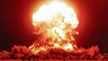 Grzyb atomowy nad pustynią Nevada. Zdjęcie z testu przeprowadzonego 18 kwietnia 1953 r.