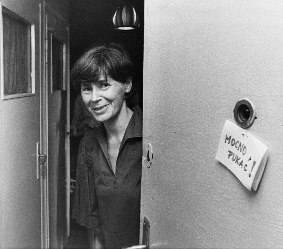 Zofia Romaszewska w drzwiach mieszkania na Kopińskiej, lipiec 1983