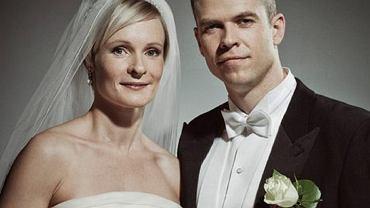 Wygląda jak zwykły portret ślubny. A teraz zobacz, co dzieje się za plecami kobiety
