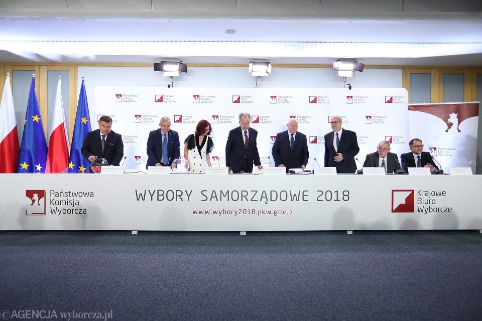Losowanie numerów list wyborczych w Państwowej Komisji Wyborczej. Warszawa, 26 września 2018