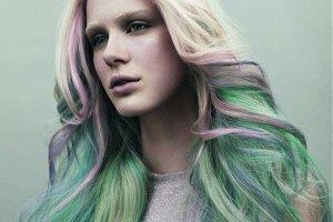 Kolorowe i pastelowe pasemka na włosach testują nasze Czytelniczki