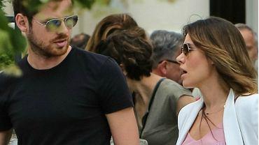 Marta Żmuda Trzebiatowska wybrała się na spacer ze swoim mężem, Kamilem Kulą. Musimy przyznać, że ciąża jej służy. Wygląda czarująco w lekkiej, letniej stylizacji.