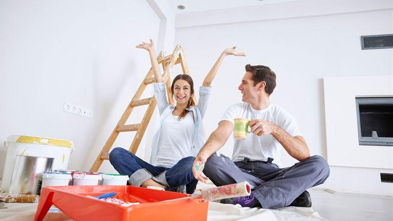 Para remontuje mieszkanie