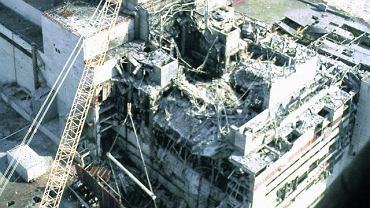 Blok numer IV trzy dni po katastrofie. Zniszczony reaktor został pokryty specjalnym 'sarkofagiem'. Było to wielkie osiągnięcie konstruktorskie, ale dziś wskutek erozji i braku odpowiednich zabezpieczeń zapadł się fragment jego dachu. Do 2015 r. z pieniędzy pochodzących spoza Ukrainy ma być wybudowany nowy ''sarkofag''. Mimo względnie niskiego obecnie poziomu radiacji Czarnobyl wciąż pozostaje niebezpiecznym miejcem