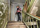 Praga-Południe. Niepełnosprawna dostała mieszkanie socjalne na piętrze. Uwięziona we własnym domu