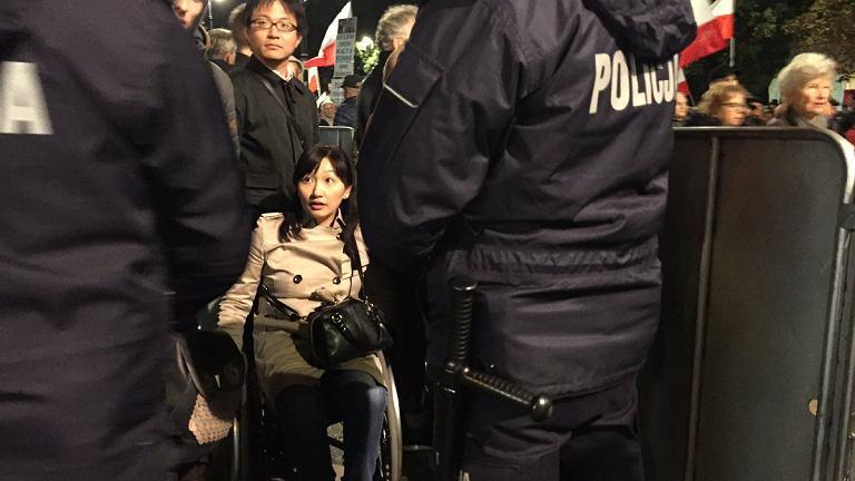Turystka na wózku na Krakowskim Przedmieściu