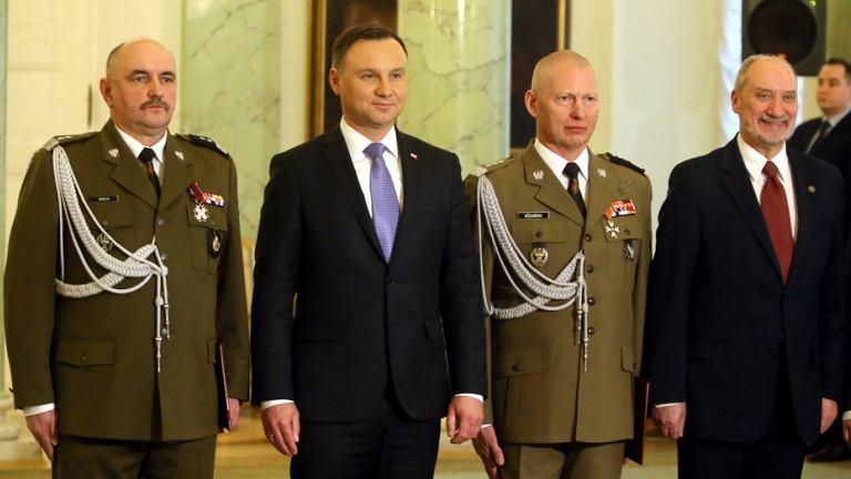Gen. Jarosław Mika, prezydent RP Andrzej Duda, gen . Mirosław Różański i minister obrony narodowej Antoni Macierewicz