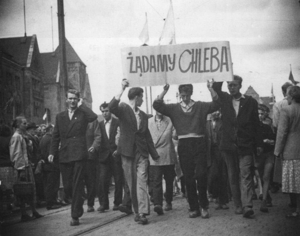 Od tego zdjęcia się zaczęło. 28 czerwca 1956 roku: od lewej, pod transparentem - Stanisław Tomalak, Zbigniew Błaszyk i... Kazimierz Kasprowski, nie Janusz Kulas.