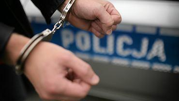 Wójt Starych Bogaczowic zostali zatrzymani przez wrocławskich policjantów. Do prokuratury zostali doprowadzeni w kajdankach.