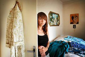 Karolina Jonderko nie mogła pogodzić się ze śmiercią mamy. Otworzyła szafę z jej ubraniami. Założyła je i zrobiła zdjęcia