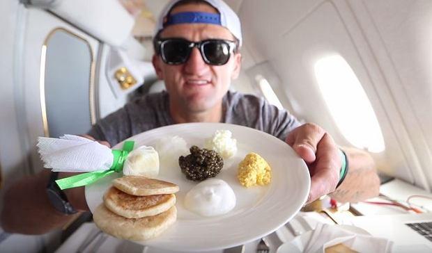Linie lotnicze Emirates podarowa�y mu bilet pierwszej klasy. Nakr�ci� film i pokaza�, jak luksusowy by� to lot