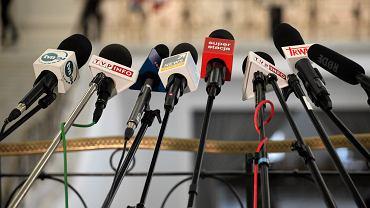 Partia rządząca chce 'uszczelnić abonament' nakazując kablówkom 'podkablować' swoich abonentów. Według forsowanej ustawy dostawcy sygnału maja przekazać Poczcie Polskiej dane osobowe swoich klientów. na tej podstawie Poczta będzie windykować opłaty za abonament RTV